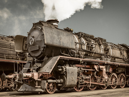 레트로 오래 된 녹슨 된 증기 기관차의 측면보기를 스타일