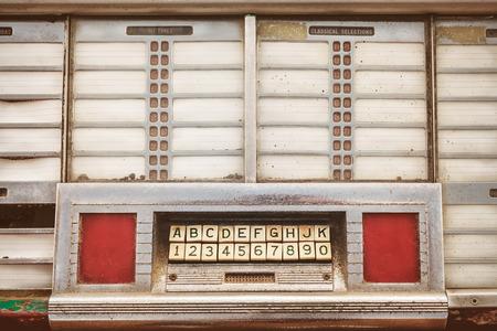 Retro gestileerde afbeelding van de voorkant van een oude jukebox