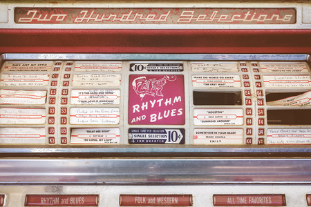 ROSMALEN, NEDERLAND - 8 mei 2016: Retro gestileerde afbeelding van een vintage verweerde jukebox op een rommelmarkt in Rosmalen, Nederland