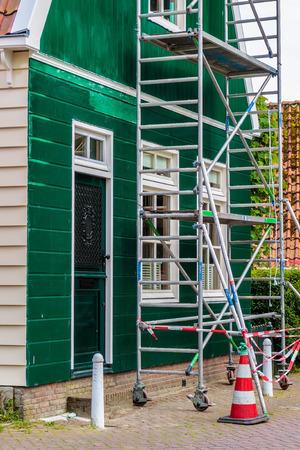 Restauración y pintura de una antigua casa de madera holandesa