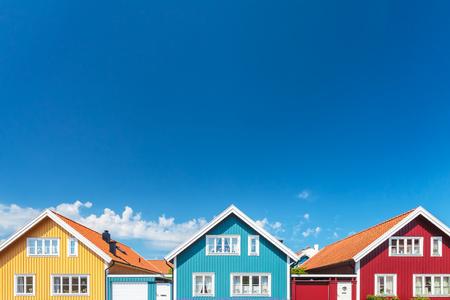 vieilles maisons suédoises colorées devant un ciel bleu Banque d'images