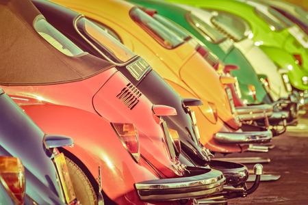 imagen de estilo retro de una fila de coches clásicos de colores Foto de archivo