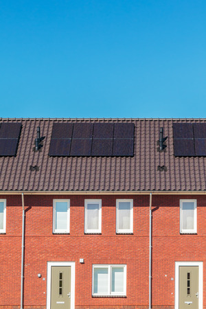 solarpanel: Row of new Dutch houses with solar panels