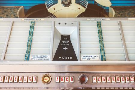 Retro gestileerde afbeelding van een oude jukebox met lege muzieklabels