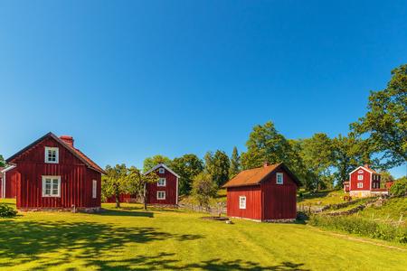 Historisches Dorf mit alten roten Holzhäusern in Schweden Standard-Bild - 70174207