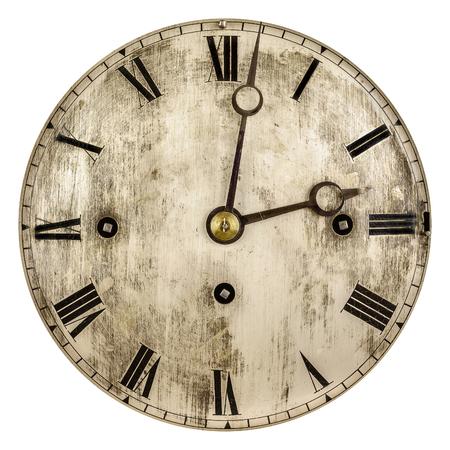 Imagen en tonos sepia de un viejo reloj aislado en un fondo blanco