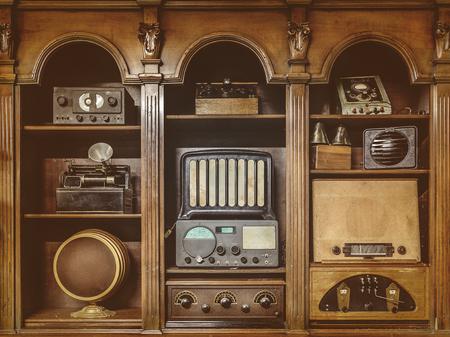 equipo de sonido: Imagen en tonos sepia de la radio antigua en un gabinete de madera