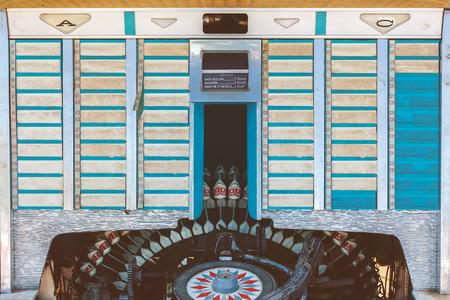 Retro gestileerde afbeelding van een oude jukebox met lege muzieketiketten