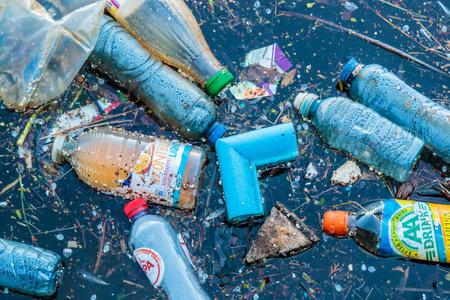 オランダのアムステルダムの運河に浮かぶアムステルダム, オランダ - 2017 年 3 月 27 日: プラスチック廃棄物