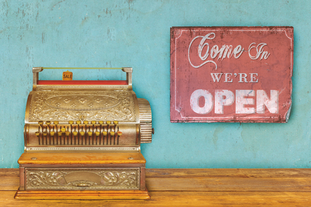 Winkelconcept met kassa en teken komen binnen we zijn open Stockfoto - 81052977
