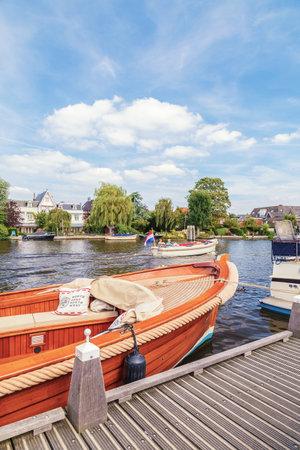 OUDERKERK AAN DE AMSTEL, NEDERLAND - 7 AUGUSTUS, 2017: Pleziervaartuigen op de Amstel in Ouderkerk aan de Amstel, Nederland
