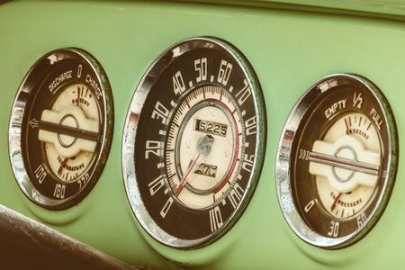 Dashboardmeters van een uitstekende groene jaren '50auto