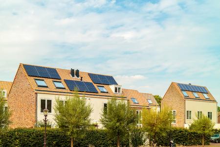 Fila de novas casas holandesas com painéis solares em Amesterdão Foto de archivo
