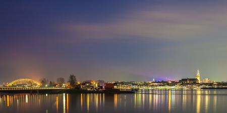 vista panorámica panorámica de la ciudad holandesa de monteriggioni con el río tíber más estrecho en frente