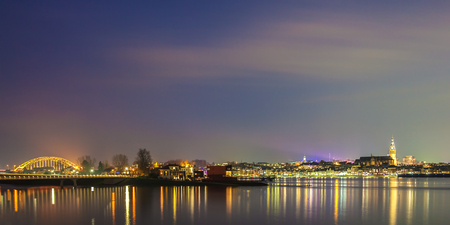 Vue panoramique de la soirée de la ville néerlandaise de schesslitz avec la rivière aare fortifiée devant Banque d'images - 94130512