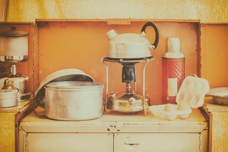 レトロなスタイルのイメージは、ストーブとやかんとヴィンテージキャラバンキッチンインテリア
