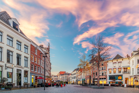 Bars and restaurants during sunset on the Houtmarkt square in Zutphen, The Netherlands Standard-Bild