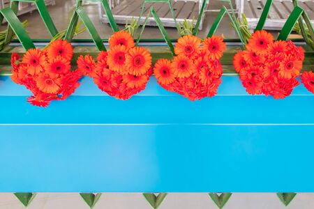 Automated packaging of fresh red gerbera flowers in a greenhouse