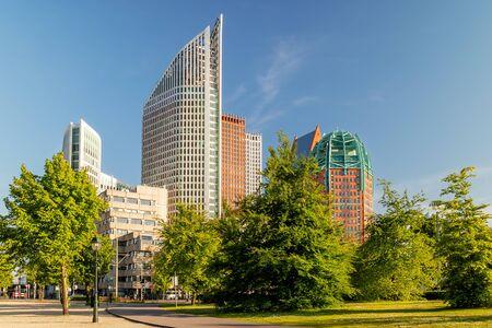 Edificios gubernamentales y de oficinas contemporáneos en el centro de la ciudad de La Haya, Países Bajos Foto de archivo