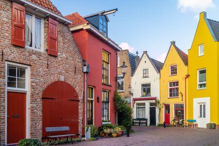 Starożytne kolorowe domy przy słynnej ulicy Walstraat w Deventer, Holandia