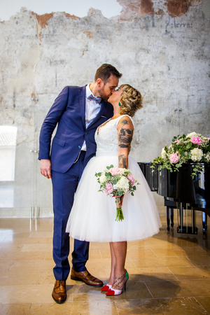 Newlywed couple kissing right after the ceremony Stock fotó