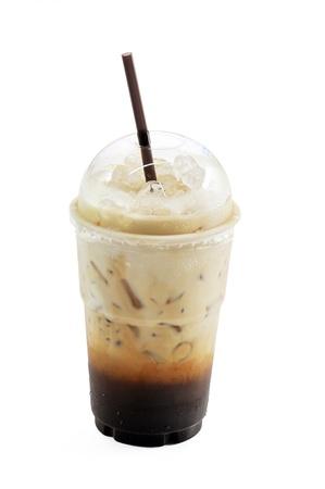 cappuccino: Caf� glac� avec de la paille dans une tasse en plastique isol� sur fond blanc