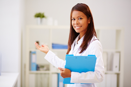 invitando: Médico joven y bella invitación a su oficina