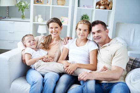 madre e hija adolescente: Retrato de la hermosa amante de la familia formada por el padre, la madre, la hija adolescente y pequeño hijo Foto de archivo
