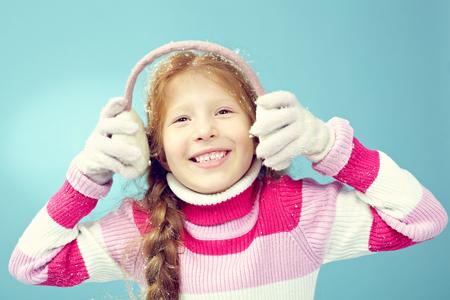 niños vistiendose: Retrato de feliz niña de pelo rojo sonriendo Foto de archivo