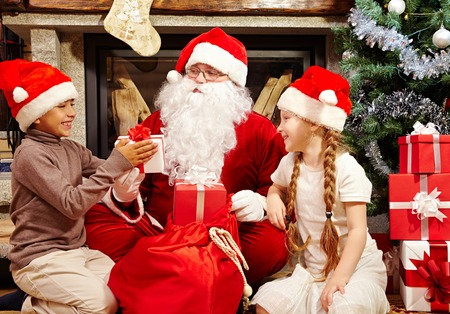 generoso: Generosa Santa que da regalos a los niños preciosos