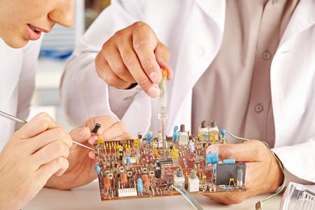 transistor: técnico de sexo femenino que trabaja con el transistor en el laboratorio Foto de archivo