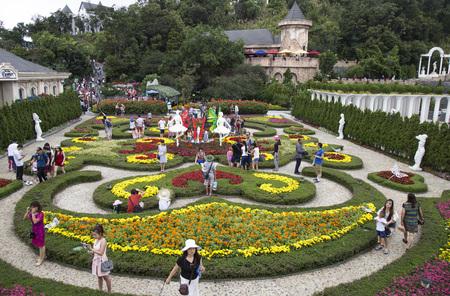 nang: Da Nang, Vietnam - Jun 20, 2016: Tourist visiting a floral garden with many kind of colorful flower in Ba Na Hills mountain resort, Da Nang, Vietnam.
