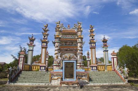 베트남의 무덤을 '무덤의 도시'로 장식하기 위해 사용 된 전통 도자기 및 도자기 재료의 세부 정보