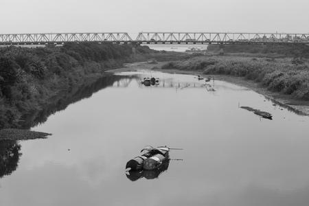 contaminacion del agua: pueblo flotante pobres, slumdog están en la orilla del río Rojo, a 2 km del centro de la capital Hanoi.
