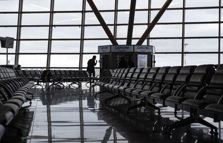 Moskau, Russland, 26.01.2020. Wartezimmer, Flughafen Vnukovo. Ein Mann neben Automaten für Danon-Produkte kauft sich Frühstück