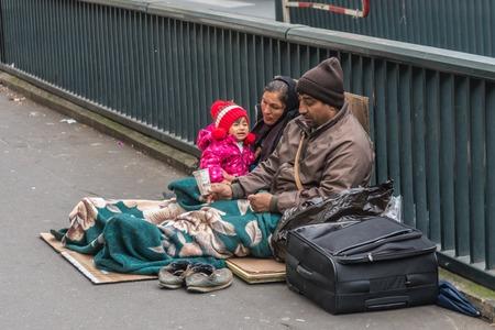 Bezdomna rodzina siedzi na ulicy