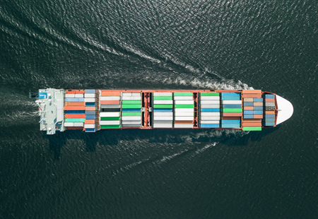 Container ship sailing in sea Stockfoto