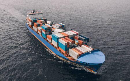 Navire porte-conteneurs naviguant en mer Banque d'images