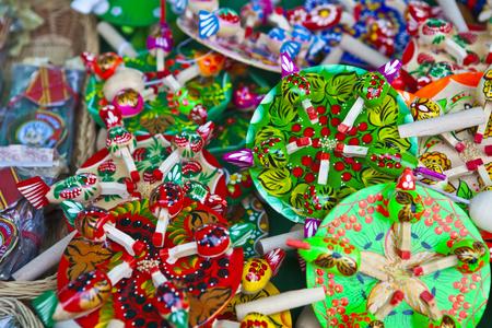 juguetes de madera: Muchos peque�os juguetes de madera de diferentes colores en una cesta de mimbre
