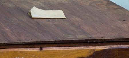 polished wood: Utilizzando carta vetrata, lucido carpenteria legno