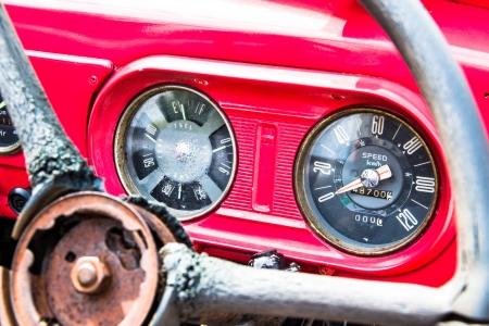camion pompier: Pr�s tableau de bord de camion de pompiers rouge mill�sime Banque d'images