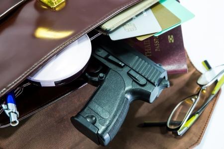 оружие: Карта, паспорт и пистолет в сумку Женщины Фото со стока