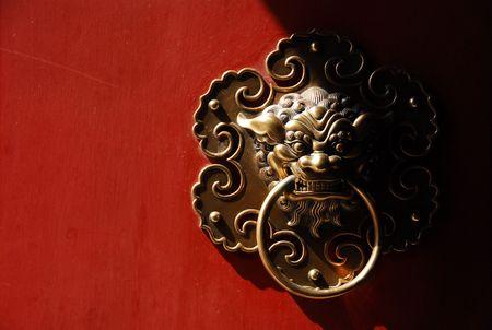 tempel koperen deur kloppen Stockfoto