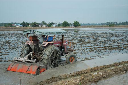 ploeg machine en rijstveld op het platteland