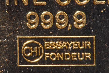 lingote de oro: barra de oro sobre la mesa