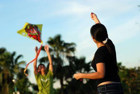 Een meisje vliegt een vlieger in de parken