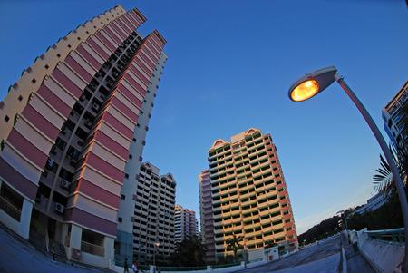 lamp post: Appartamento, lampada posta e cieli Archivio Fotografico