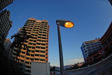 lamp post: Appartamento, lampada post e cielo  Archivio Fotografico
