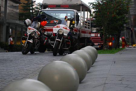 motor ardiendo: Bomberos aparcados en los lados de la carretera Foto de archivo
