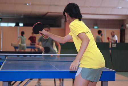 tennis de table: fille qui joue au tennis de table dans l'�cole